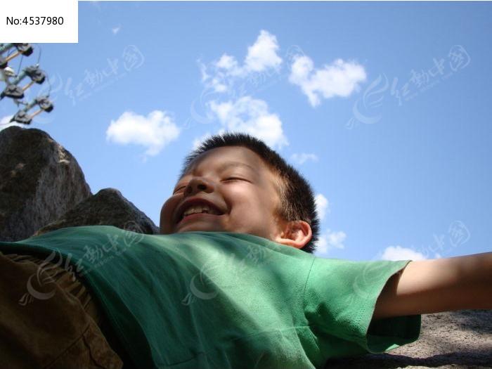 躺在石头上假装睡觉的男生图片