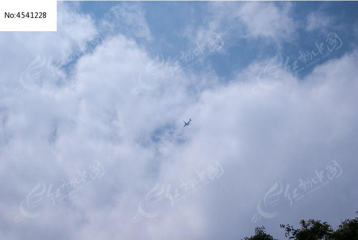 飞过蓝天白云的飞机图片,高清大图_交通工具素材