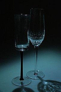 一对加黑色滤镜额玻璃杯