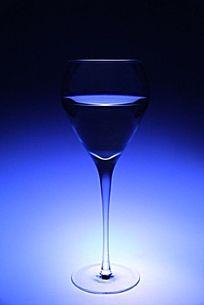 一个装水的玻璃杯在蓝色滤镜下