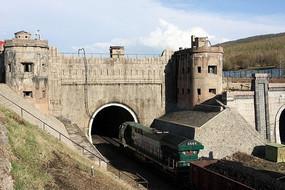 兴安岭隧道列车正在进入