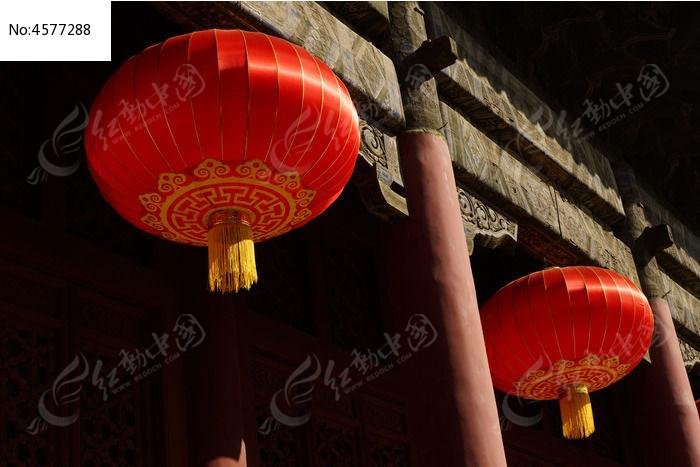 岱庙古建筑 房梁 上 悬挂 的大红灯笼图片,高清大图片