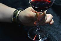 拿红酒的美女的手