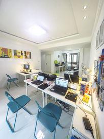 舒适的小型办公室工作室