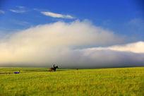 蓝天白云下的呼伦贝尔大草原