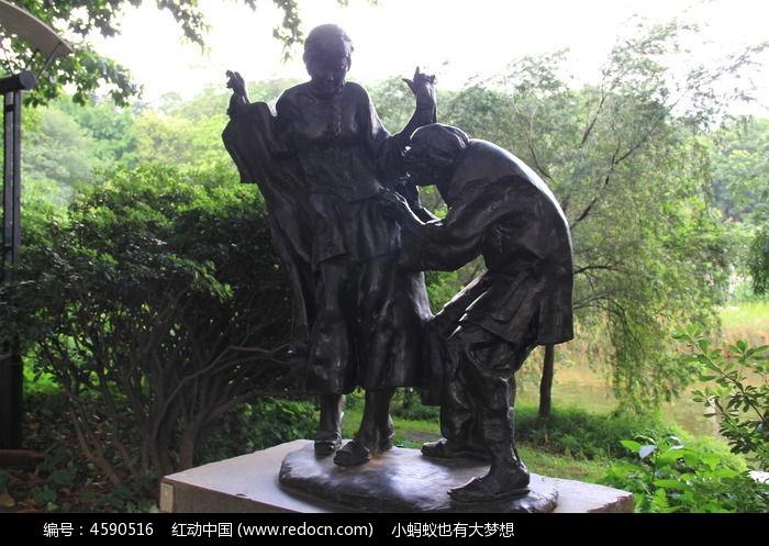 两个铜人雕塑图片
