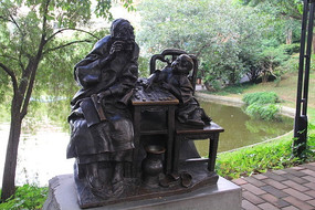 在下棋的人物雕塑
