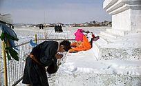 2002年布里亚牧民在白塔祈祷