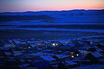 边境雪色村庄暮色