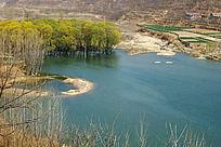 俯拍湖泊水岸自然风光
