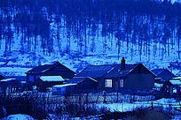 宁静的山林人家冬夜