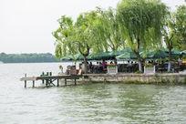 杭州西湖喝茶游客