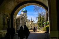 谢尔盖三圣大修道院门廊通道