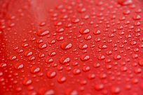 高清拍摄红色背景上的水珠