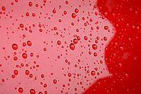 红色背景上的高清水珠背景素材