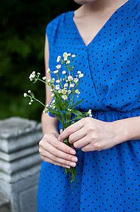 美女手中的花
