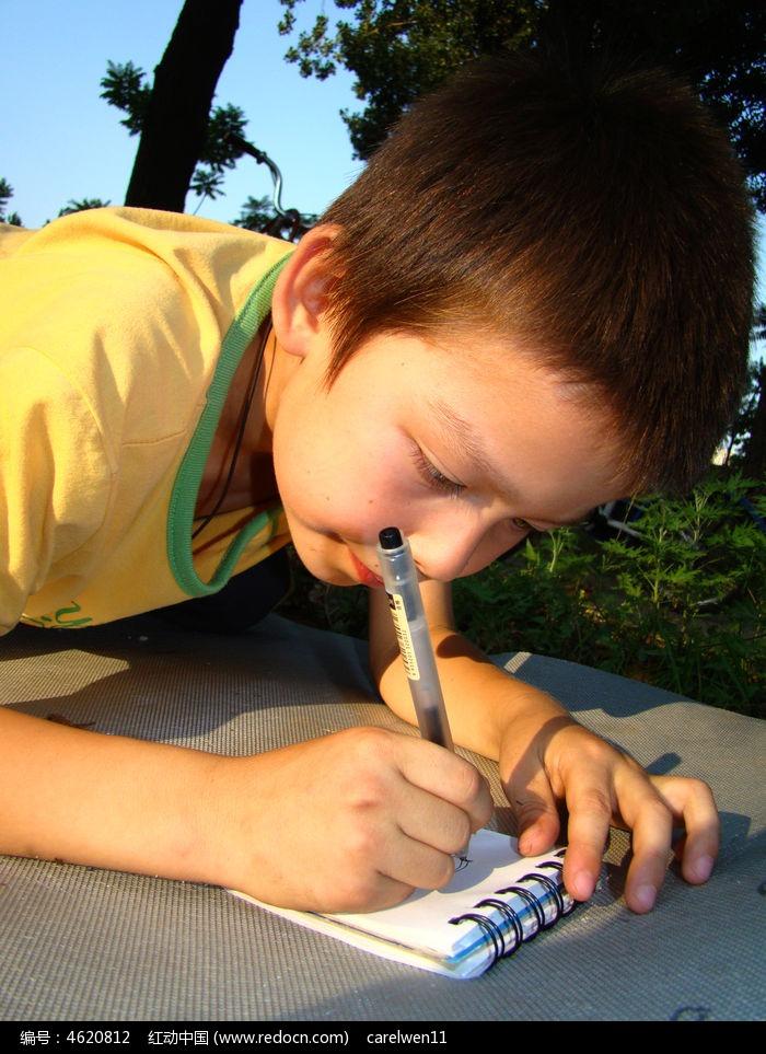 玩耍小孩子认真画画的样子图片,高清大图_儿童摄影素材