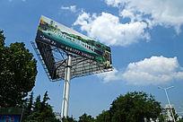 蓝天白云下的擎天柱广告牌