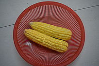篮子里的两根玉米