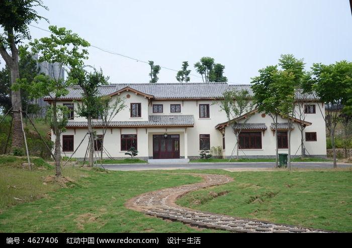 树林里一座中式建筑房子图片