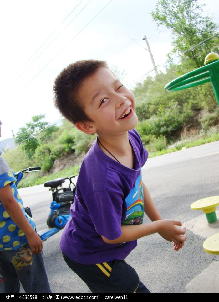 做可爱笑脸的孩子