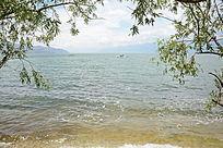 辽阔湖水远景