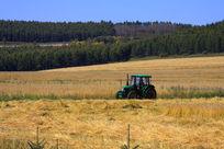 田地上的农机