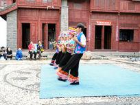 彝族载歌载舞