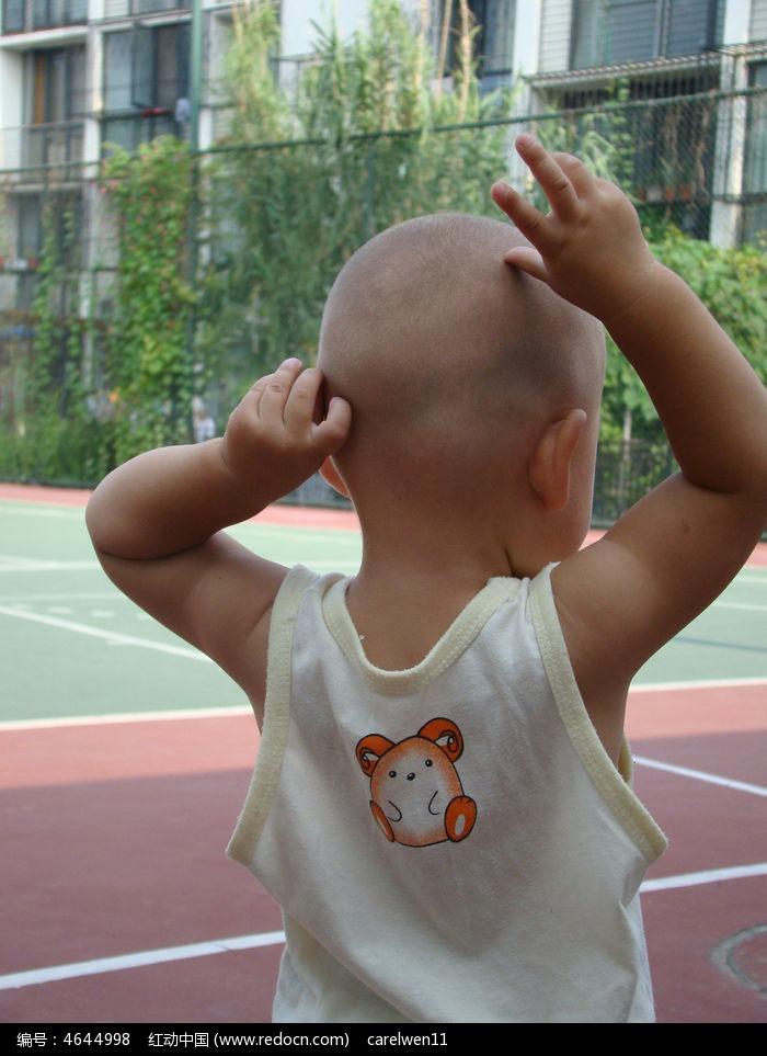 婴儿背影可爱图片