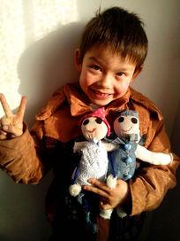 抱着两个布娃娃的孩子