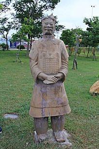残旧的人物雕塑