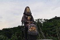 传统结婚的女性雕像