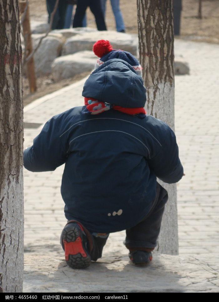 小孩子背影手绘