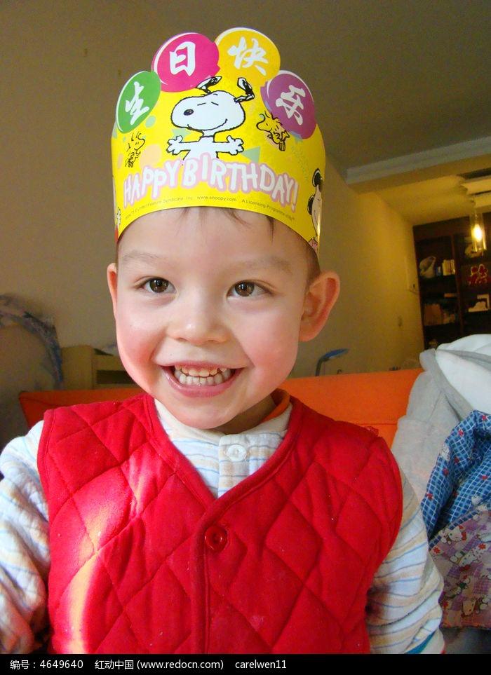 过生日开心笑的孩子