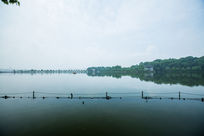 杭州西湖北山路安静湖面倒影