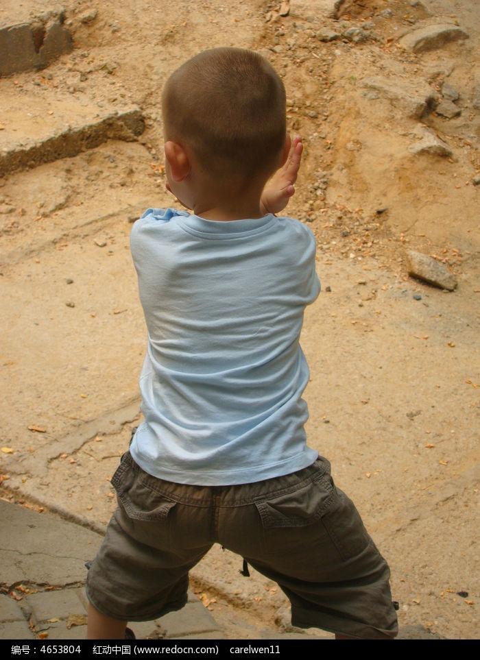 练武术孩子的背影图片