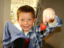 手里拿着草莓的孩子