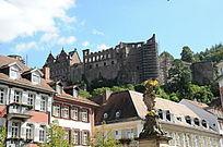 仰望古德堡老城堡
