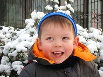站在雪中大笑的儿童