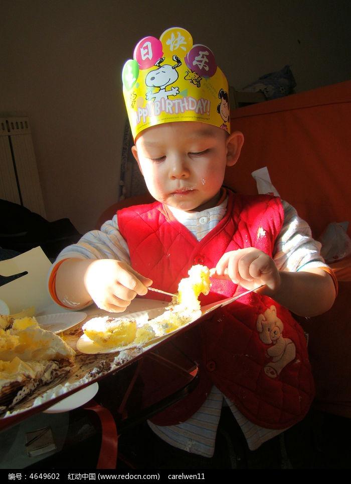 正在吃蛋糕的孩子