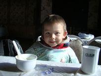 坐在饭桌前等吃饭的孩子