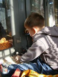 坐在阳台上敲木鱼的孩子