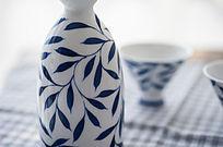 蓝花瓷瓶子