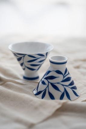 两只蓝花瓷酒杯特写