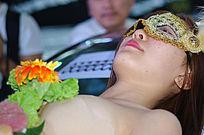 美女表演人体寿司