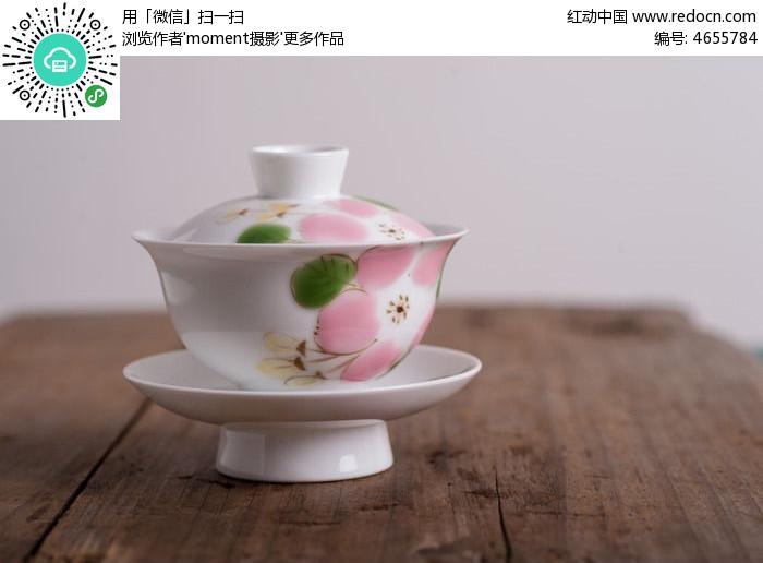 上的手绘樱花陶瓷盖碗图片