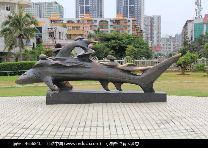 漂亮的鲨鱼雕塑