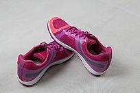 红紫色运动鞋