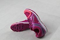 靠着的红紫色鞋子