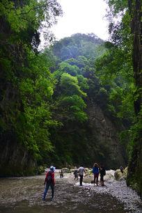 游览驴头峡的 男人和女人